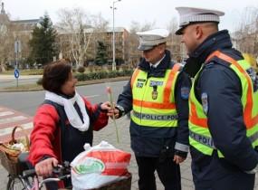 Virágot ajándékoztak megyénk rendőrei nőnapon