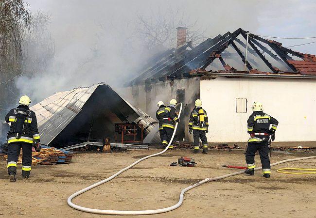 Beregdarócon lángoló asztalos üzem oltásához vonultak a vásárosnaményi- és tarpai tűzoltók
