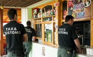 Velence, 2013. július 12. Egy velencei büfét vizsgálnak pénzügyőrök, a Nemzeti Adó- és Vámhvatal Bevetési Főigazgatóság munkatársai, akik váratlan jövedéki ellenőrzést tartanak a Velencei-tó partján 2013. július 12-én. MTI Fotó: Koszticsák Szilárd